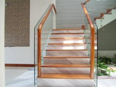 Cầu thang kính cường lực tay vịn gỗ Sồi - Giá rẻ